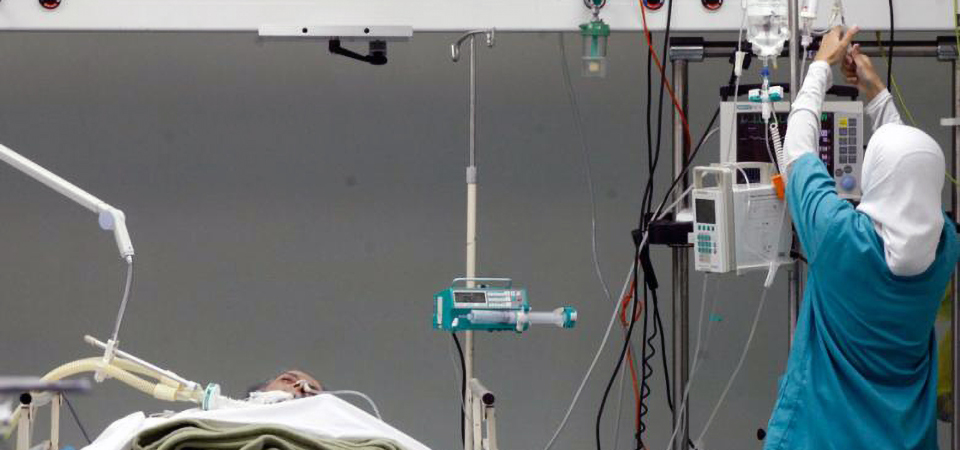Healthcare provider checks in on patient in Lebanon. (Al-Fanar Media)