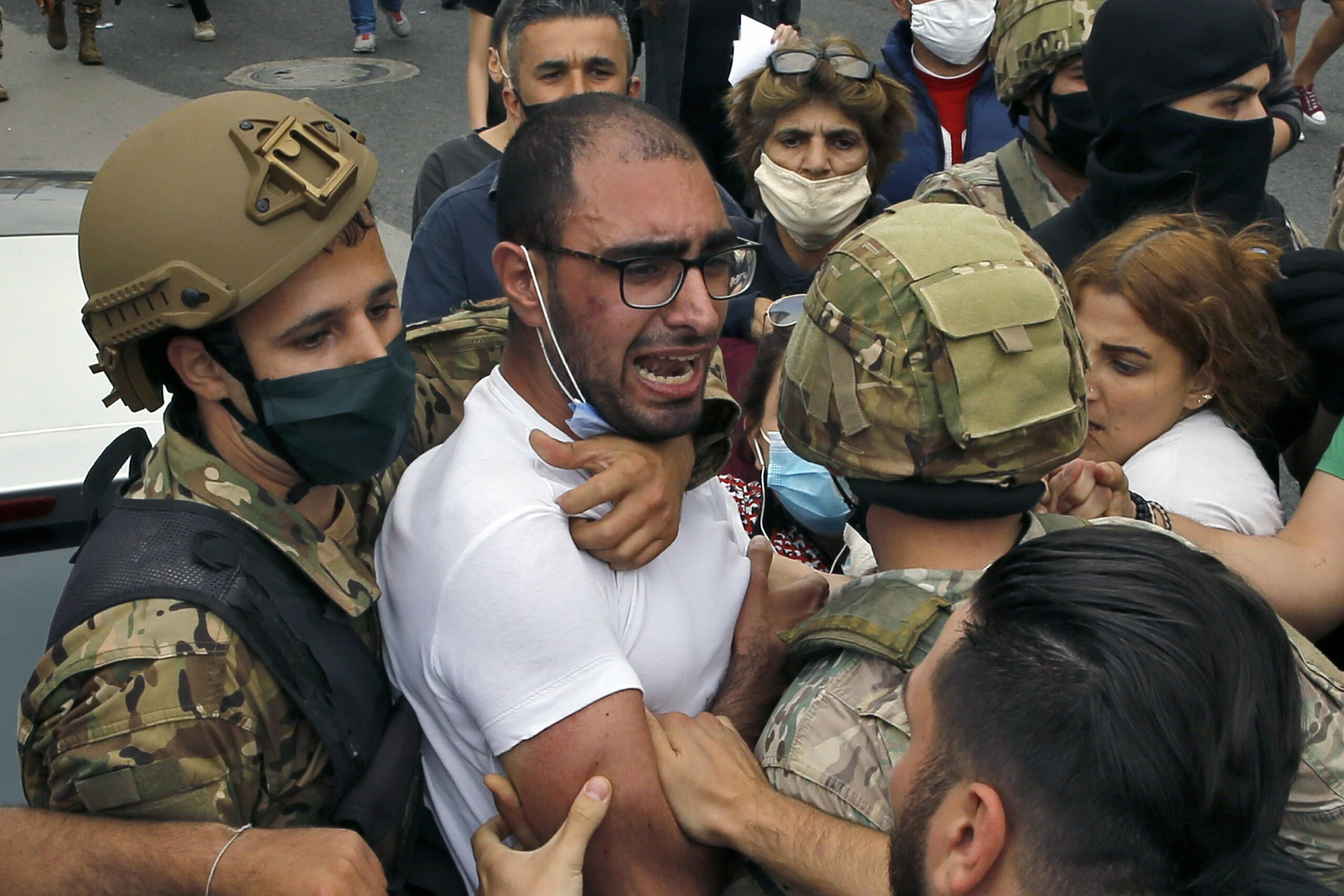 Clashes between the Lebanese army and protesters in Zouk Mosbeh, Lebanon, one of the many locations where demonstrators are demanding their basic rights as Lebanon's economy crashes and the price of basic goods rises. (Photo: AP / Bilal Hussein) Tripoli article