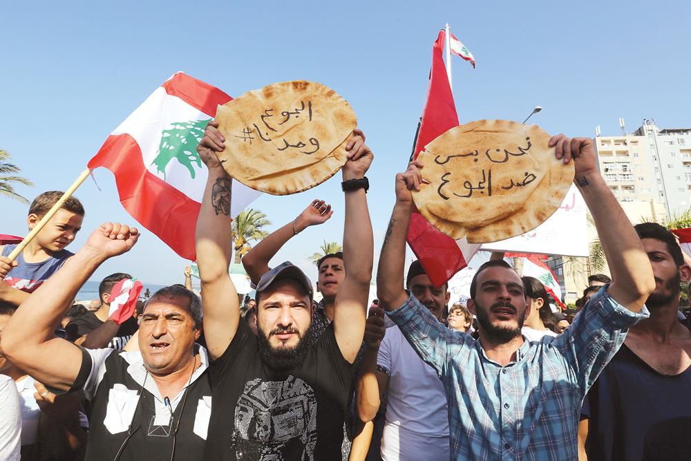 """""""ثورة الجياع"""" إجتاحت مختلف المناطق اللبنانية رفضاً لغلاء المعيشة (PHOTO: Alrai Media via Reuters)"""